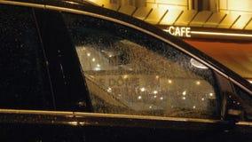 Carro estacionado sob a chuva com trabalho dos limpadores de pára-brisas video estoque
