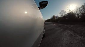 Carro exterior com a câmera equipada à porta direita traseira video estoque