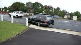 Carro fúnebre que chega ou que sae de um funeral filme