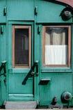 Carro ferroviario de madera viejo del color verde imagen de archivo libre de regalías