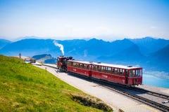 Carro ferroviario del tren diesel que va al pico de Schafberg fotos de archivo libres de regalías