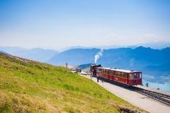 Carro ferroviario del tren diesel que va al pico de Schafberg fotos de archivo
