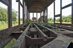 Carro ferroviario devastado viejo en la hierba fotografía de archivo libre de regalías