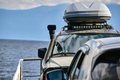 carro 4x4 fora de estrada com telhado Fotos de Stock