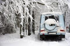 Carro fora de estrada na neve do inverno foto de stock