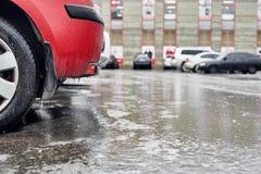 carro Gelo-coberto no estacionamento foto de stock