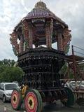 Carro hindú parqueado de la procesión entre los coches de los devotos Imagenes de archivo