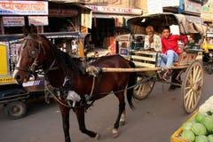 Carro indio del caballo de montar a caballo de los hombres en el mercado de Sadar, Jodhpur, la India Foto de archivo libre de regalías