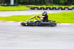 Carro karting da movimentação das mulheres na trilha exterior Fotos de Stock Royalty Free