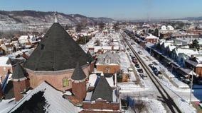 Carro lento alrededor de la aguja de la iglesia en pequeña ciudad de la correa del moho en invierno almacen de video