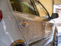 Carro limpo molhado na lavagem de carros Imagem de Stock Royalty Free