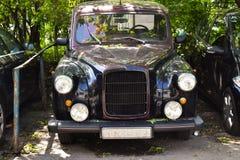 Carro luxuoso do vintage estacionado na cidade fotografia de stock