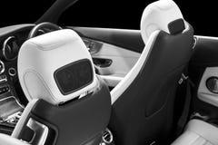 Carro luxuoso moderno para dentro Interior do carro moderno do prestígio Assentos de couro confortáveis Couro perfurado com backg foto de stock
