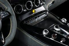 Carro luxuoso moderno para dentro Interior do carro moderno do prestígio Assentos de couro confortáveis Couro perfurado preto com imagens de stock royalty free