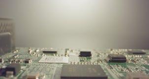 Carro macro extremo tirado de un tablero del ordenador del PWB con los condensadores y los transistores almacen de metraje de vídeo