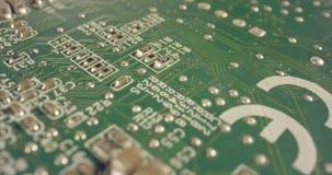 Carro macro extremo tirado de un tablero del ordenador del PWB con los condensadores y los transistores almacen de video