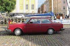 Carro marrom vermelho de Volvo 242 em Copenhaga Fotos de Stock Royalty Free