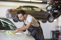 Carro masculino novo da limpeza do mecânico na oficina de reparações Fotografia de Stock Royalty Free