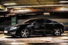 Carro matizado preto na garagem subterrânea fotos de stock royalty free