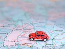 Carro modelo no mapa Imagens de Stock Royalty Free