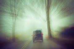 Carro movente da estrada da imagem obscura fotos de stock
