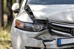 Carro na borda da estrada após um acidente fotos de stock
