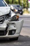 Carro na borda da estrada após um acidente fotografia de stock royalty free