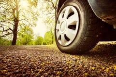 Carro na estrada asfaltada na mola imagem de stock