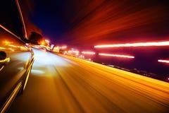Carro na estrada com fundo do borrão de movimento fotos de stock royalty free