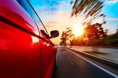 Carro na estrada com fundo do borrão de movimento foto de stock