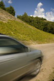 Carro na estrada da montanha Fotos de Stock Royalty Free