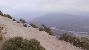 Carro na estrada da montanha video estoque
