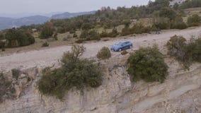 Carro na estrada da montanha vídeos de arquivo