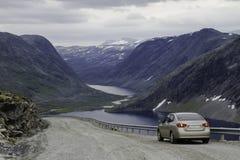 Carro na estrada da montanha Foto de Stock Royalty Free