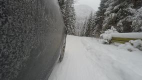 Carro na estrada do inverno video estoque