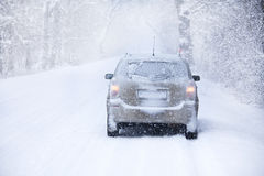 Carro na estrada do inverno Foto de Stock Royalty Free