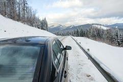 Carro na estrada dos mountainins do inverno Foto de Stock