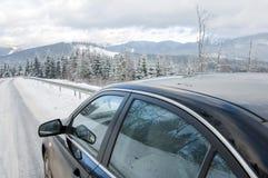 Carro na estrada dos mountainins do inverno Fotos de Stock