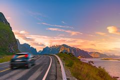 Carro na estrada em Noruega, Europa Curso do por do sol Imagem de Stock