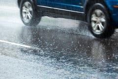 Carro na estrada molhada Fotografia de Stock Royalty Free