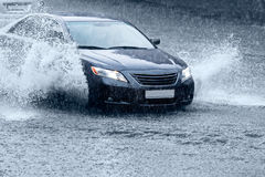 Carro na estrada molhada Foto de Stock