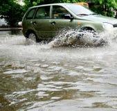 Carro na estrada muito molhada Fotografia de Stock