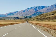 Carro na estrada nas montanhas de Altai perto da beira de Rússia e de Mongólia imagens de stock royalty free