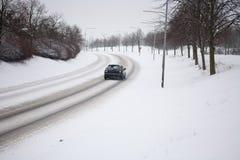 Carro na estrada nevado Fotos de Stock