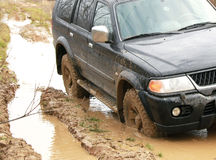 Carro na lama na floresta, fora de estrada Fotografia de Stock Royalty Free