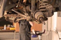 Carro na manutenção no serviço do carro imagens de stock