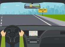 Carro na opinião da estrada do interior Mãos do motorista no volante, sinal de aviso com limite de velocidade Fotografia de Stock