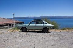 Carro na parte dianteira o lago Caminhando a aventura em San Carlos de Bariloc Fotos de Stock Royalty Free