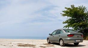 Carro na praia Fotografia de Stock Royalty Free