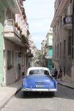 Carro na rua de Havana Street idosa em Cuba fotos de stock